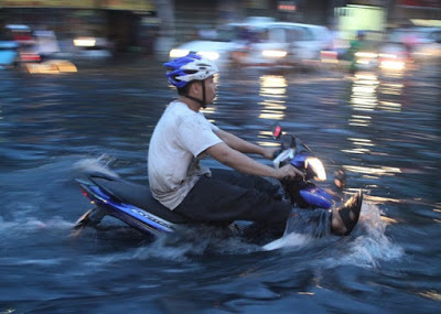 Chạy xe lội nước là cả một kỹ thuật